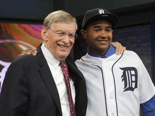 Former MLB commissioner Bud Selig, left, poses with