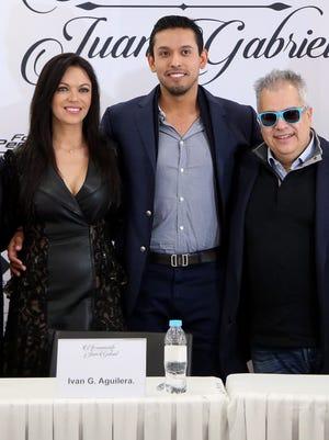 Iván Aguilera (centro) es hijo y heredero universal de Juan Gabriel.
