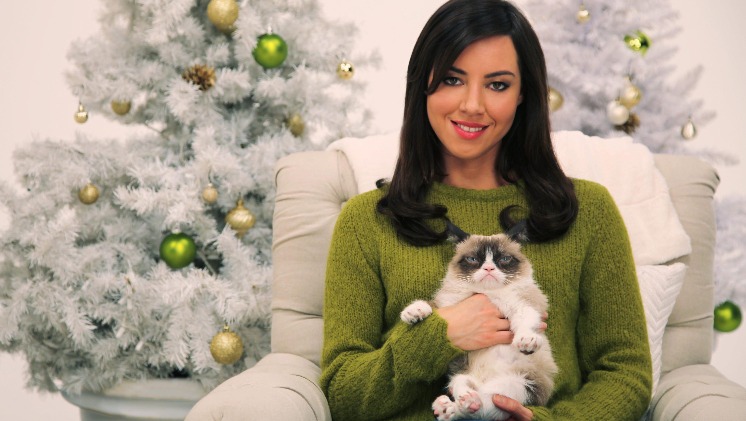 aubrey plaza has worst christmas ever as grumpy cat