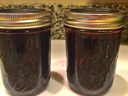 Microwave blackberry jam keeps for a week in the refrigerator.