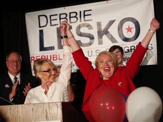 La republicana Debbie Lesko celebra su victoria en