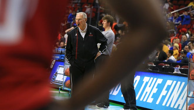 Austin Peay coach Dave Loos watches his team during practice Wednesday in Des Moines, Iowa.