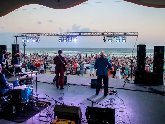 Hundreds of people enjoy the first night of Bands on