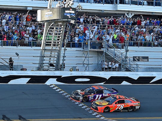 Denny Hamlin beats Martin Truex Jr. (78) to win the