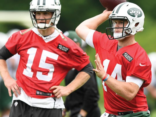 New York Jets quarterback Sam Darnold, right, throws