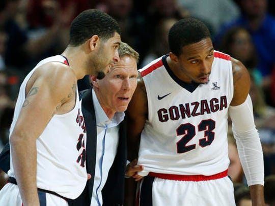Gonzaga head coach Mark Few, center, speaks with guard