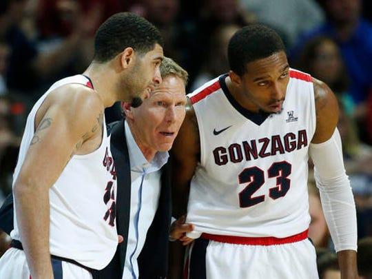 Gonzaga head coach Mark Few, center, speaks with guard Josh Perkins, left, and guard Eric McClellan.