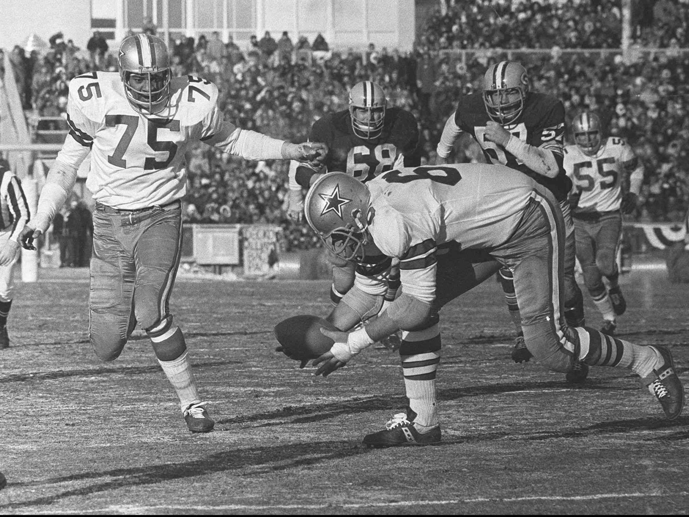 Defensive end George Andrie scoops up a Bart Starr fumble and runs it in 7  yards f71444a88