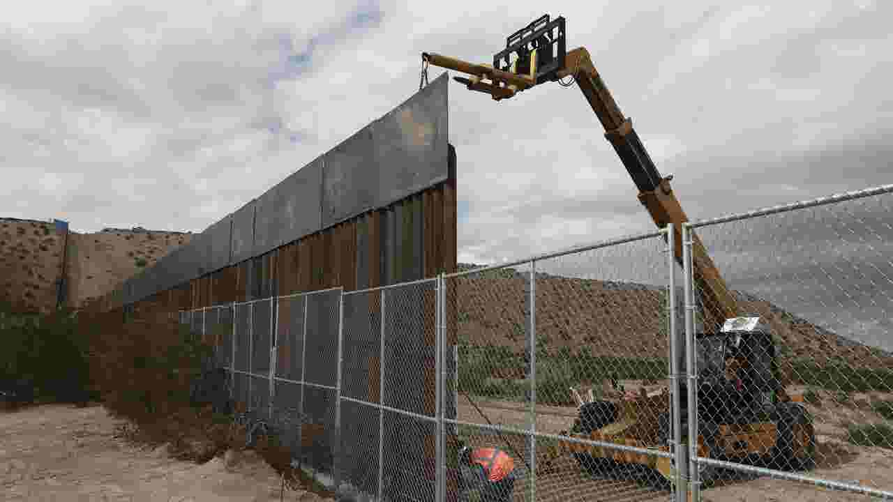 Four U S  companies contracted to build prototype border walls