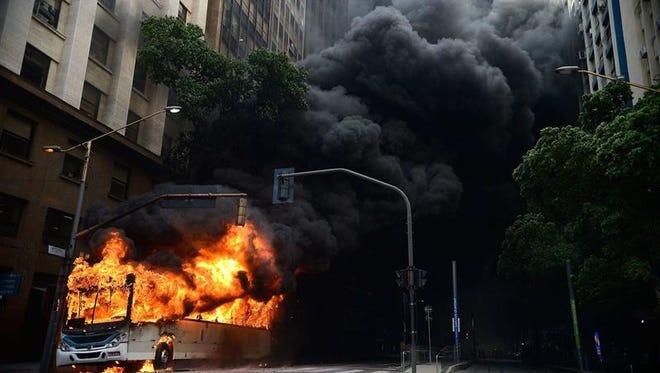 Vista de un autobús incendiado durante una protesta de funcionarios del gobierno en Río de Janeiro (Brasil) hoy, miércoles 1 de febrero de 2017.