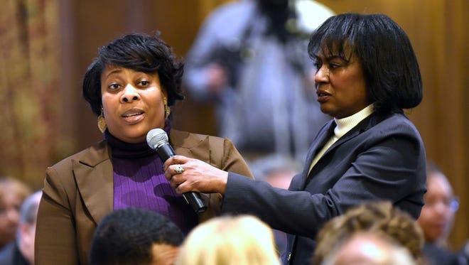 Wartawan WWJ Newsradio 950 City Beat Vickie Thomas, kanan, membantu saat Laura Sigmon mengajukan pertanyaan tentang panel bisnis pada tahun 2017.