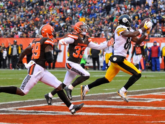 Pittsburgh Steelers wide receiver Antonio Brown (84) catches a 17-yard touchdown pass during the first half of an NFL football game against the Cleveland Browns, Sunday, Jan. 3, 2016, in Cleveland. (AP Photo/David Richard)