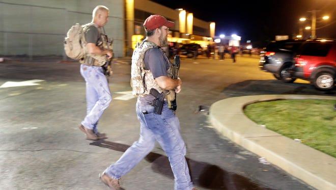 Civiles fuertemente armados con un grupo conocido como los Guardianes de Juramentos llegan a Ferguson, Missouri, el 11 de agosto de 2015.