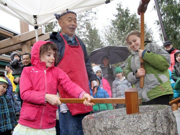 Shoichi Sugiyama works with children Pearl Abbott,