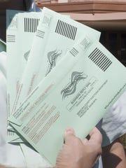 Boletas de votación temprana, antes de ser enviadas.
