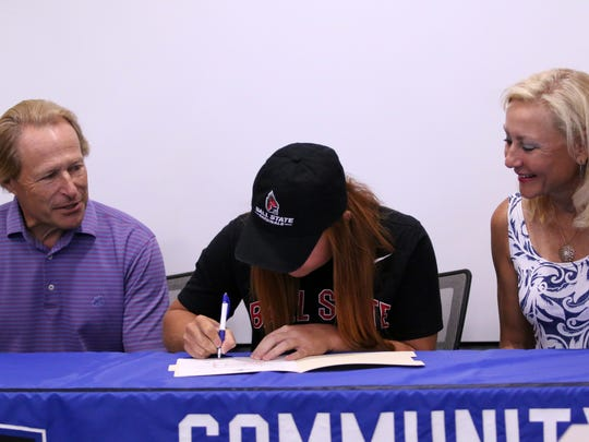 Elizabeth Amendola signs her letter of intent to play