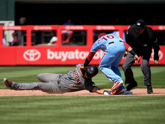 Phillies' Cesar Hernandez (16) tags out Diamondbacks'