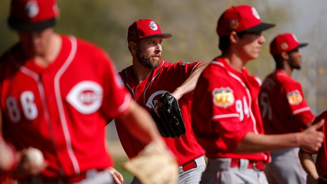 Cincinnati Reds pitcher Scott Feldman, center, throws in a bullpen session during Cincinnati Reds spring training, Tuesday, Feb. 14, 2017, at the Reds spring training facility in Goodyear, Arizona.