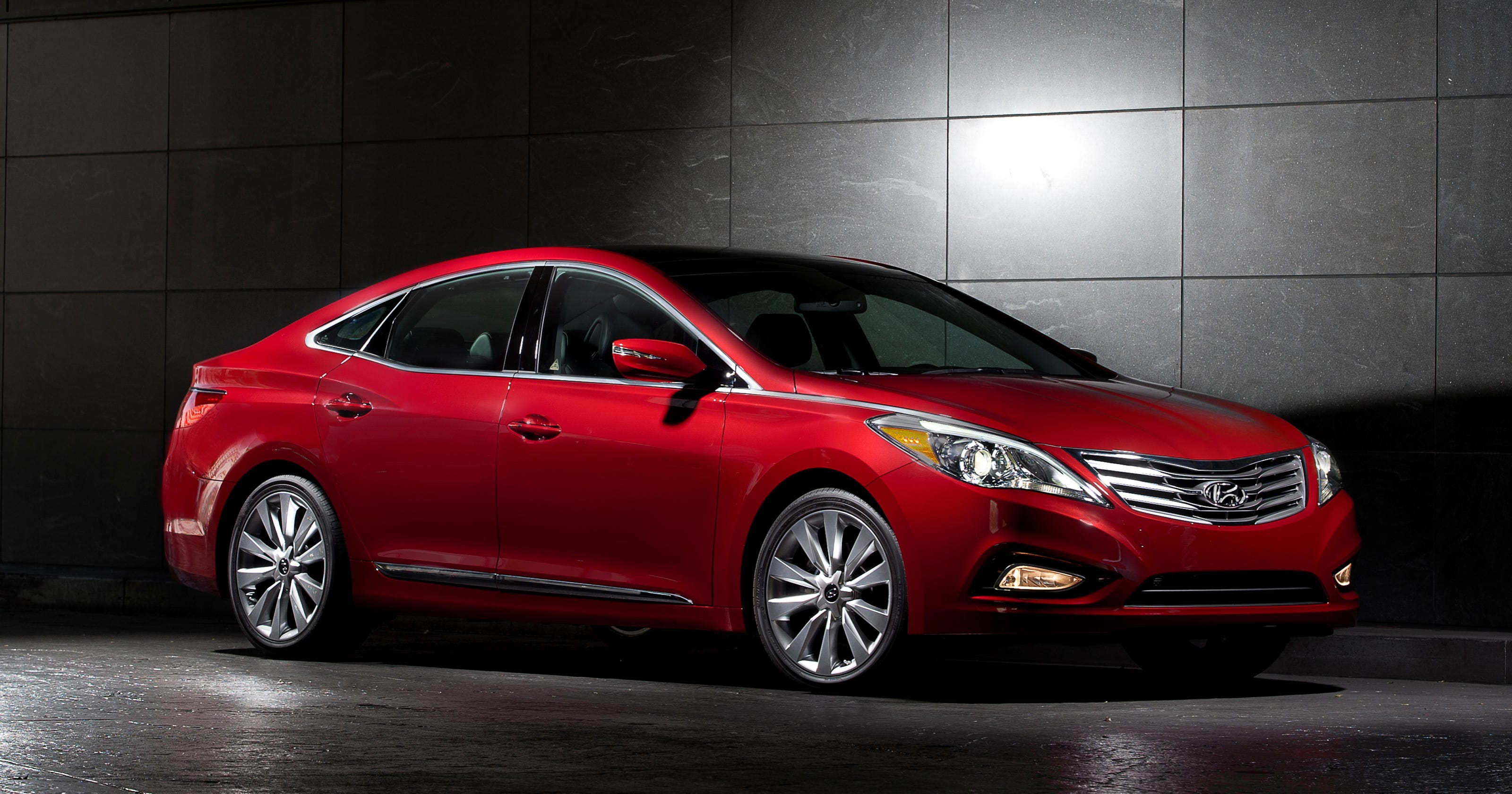 hyundai recalls 5 200 azeras for possible airbag flaw. Black Bedroom Furniture Sets. Home Design Ideas