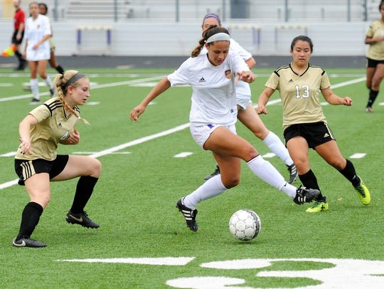 Wylie's Randie Dennison (10) makes a move between a