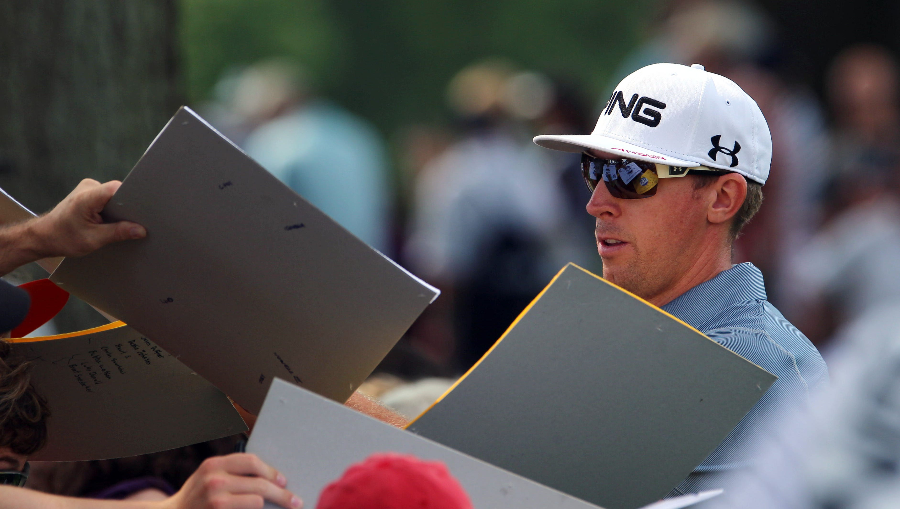Hunter Mahan signs autographs.