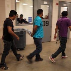 Inmigrantes detenidos pasan más tiempo presos con Trump