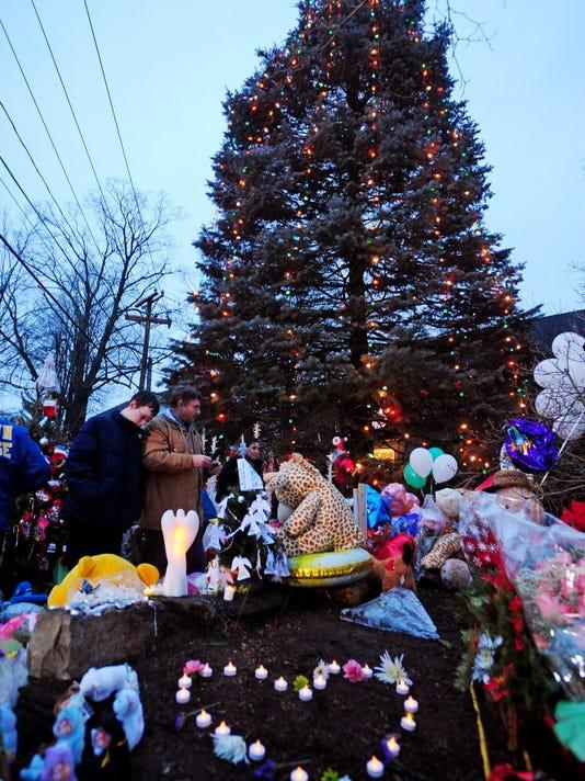Sandy-Hook-Christmas-tree-memorial.JPG