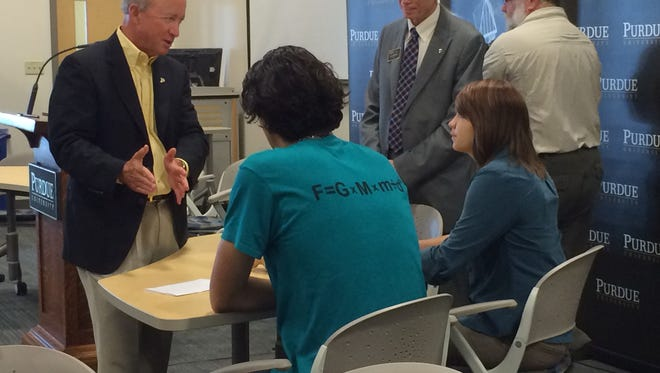 Purdue President Mitch Daniels talks with students in the new competency-based degree program through the College of Technology.