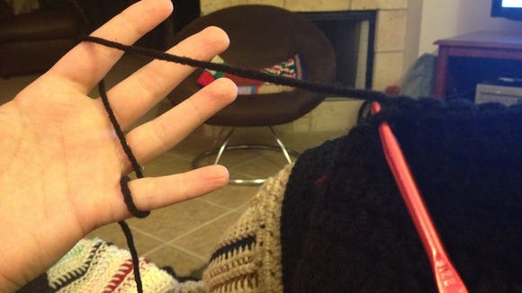 How to hold the yarn