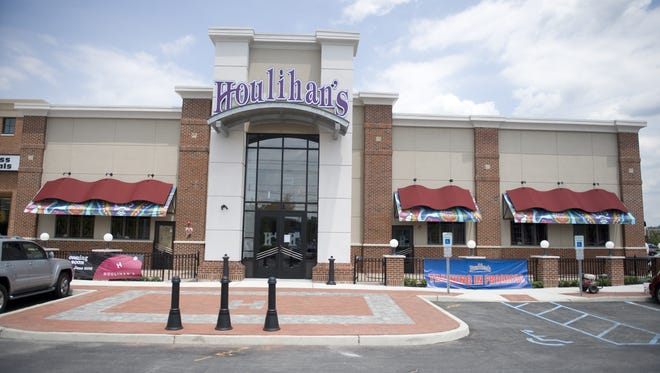 """Workers at a Houlihan's restaurant in Cherry Hill were among the victims of a """"pervasive"""" scheme by their employer to skim tips and wages, a federal agency alleged Tuesday."""