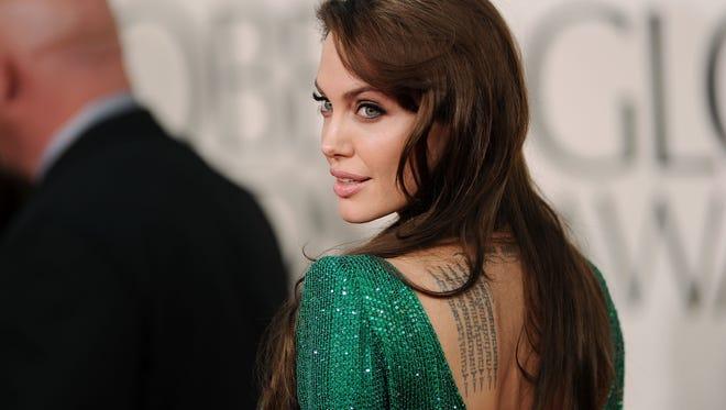 En esta foto se observa uno de los tatuajes de ANgelina Jolie, en la espalda.