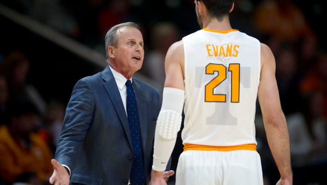 Tennessee head coach Rick Barnes talks with Lew Evans during the first half of the game at Thompson Boling Arena on Thursday, Dec. 15, 2016.