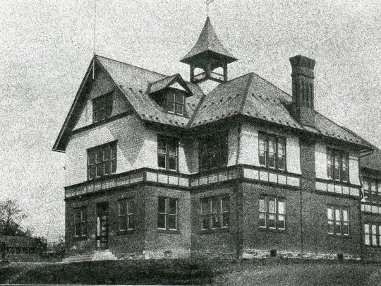 A photograph of the Fredericksburg High School in 1916.