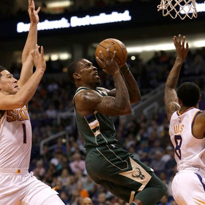Bucks 113, Suns 107 (OT): Boosted by teammates, Eric Bledsoe wins in Phoenix return