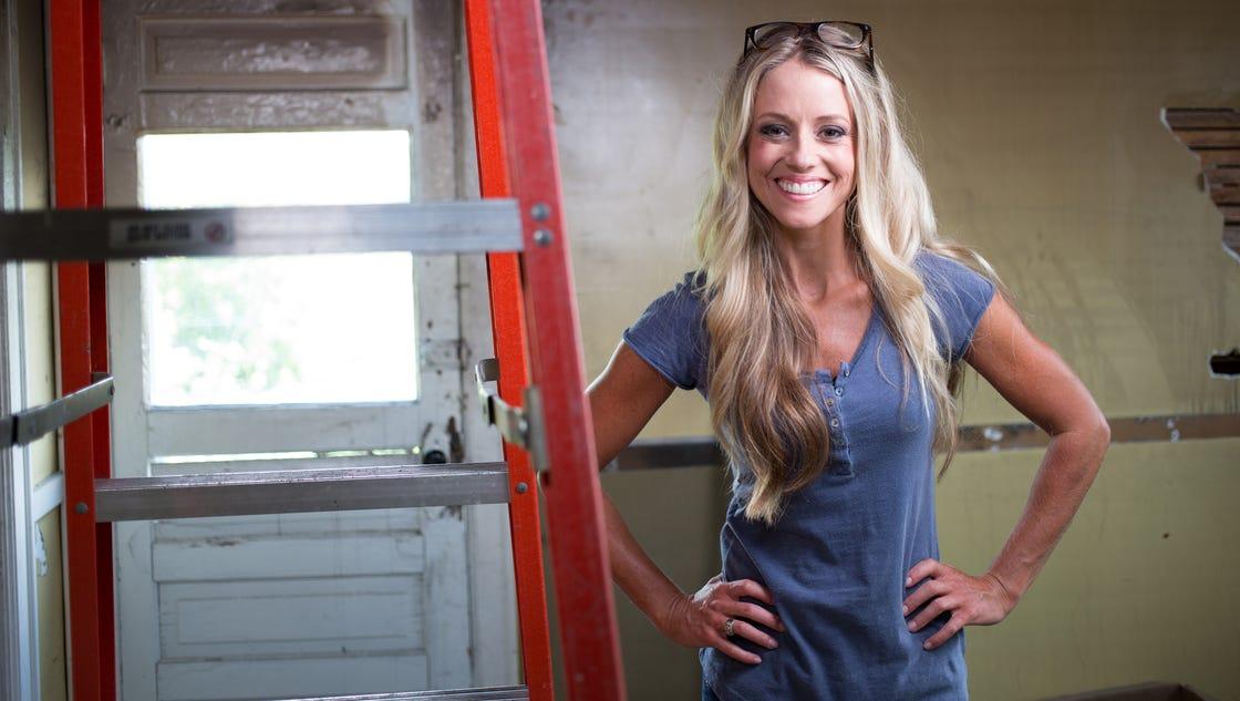 Nicole curtis 39 struggling single mom 39 turned hgtv star for Hgtv cast members
