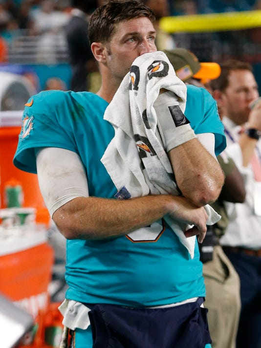 Miami Dolphins quarterback Jay Cutler (6) looks up from the sidelines  during the last d9e05893f