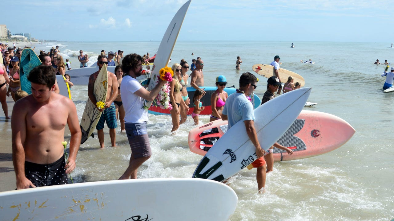 Thousands turned out at Pelican Beach Park to fondly remember friend and fellow outdoor enthusiast Robert Rohmann with a traditional surfers paddle out. Video by Craig Bailey.  Posted June 26, 2016.