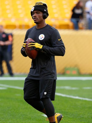 Pittsburgh Steelers running back Le'Veon Bell warms up before a game against the Cincinnati Bengals on Nov. 1, 2015, in Pittsburgh.
