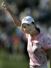 10/15/06 Lorena Ochoa raises the ball in victory over Annika Sorenstam at the 18th hole to win the Samsung World Championship at Bighorn Golf Club, Canyons Course in Palm Desert.
