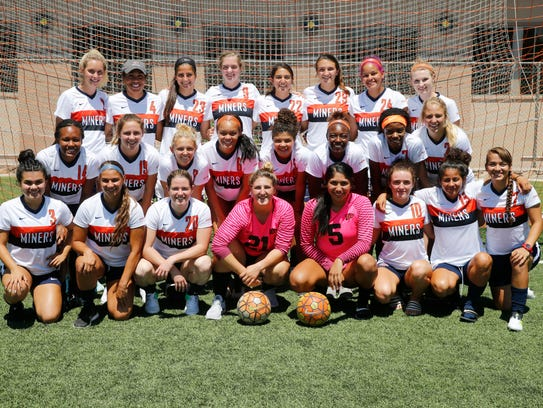 Members of the 2017 UTEP soccer team pose for a team