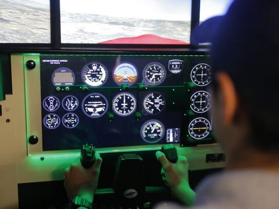 Ángel Martínez practica en el nuevo simulador de vuelo de la Academia Bob Hoover.