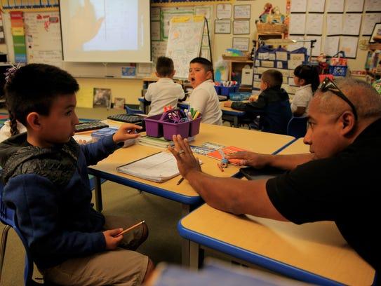 La escuela primaria Monte Bella es la primera del Distrito Escolar Alisal Union en implementar un programa de inmersión doble, en el cual los niños aprenden al sumergirse por completo en clases que se enseñan en dos idiomas.
