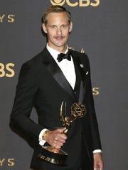 El actor Alexander Skarsgard posa con su Emmy a la