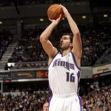 SACRAMENTO, CA - JANUARY 19:  Peja Stojakovic #16 of the Sacramento Kings takes the open jump shot against the Los Angeles Lakers on January 19, 2006 at the ARCO Arena in Sacramento, California.  NOTE TO USER: User expressly acknowledges and agrees that, by downloading and/or using this Photograph, user is consenting to the terms and conditions of the Getty Images License Agreement. Mandatory Copyright Notice: Copyright 2006 NBAE (Photo by Rocky Widner/NBAE via Getty Images)