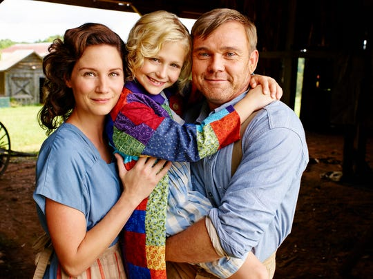 Jennifer Nettles stars as Avie Lee Parton, Alyvia Alyn Lind as Dolly and Ricky Schroder as Lee Parton.