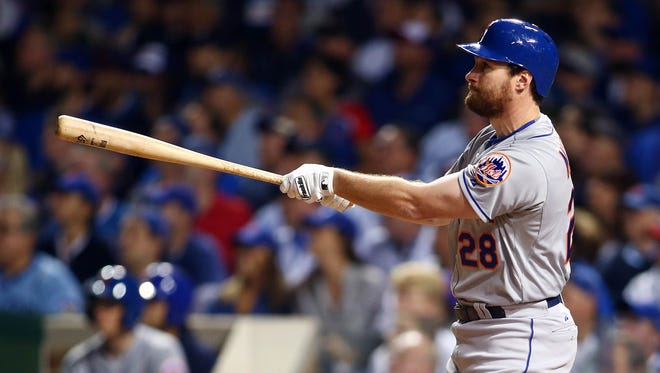 Daniel Murphy hits a solo home run -- his fifth straight postseason game -- in the third inning.