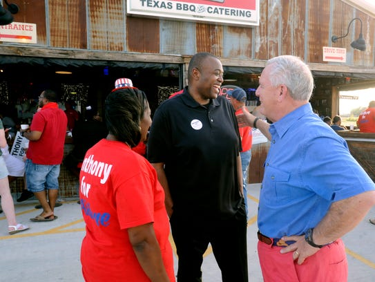 Anthony Wiliams (center) talks with outgoing mayor