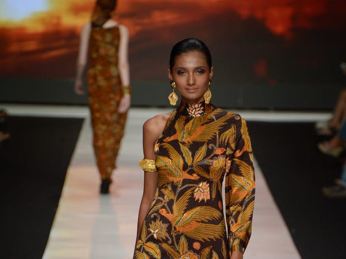 Indonesian models present Indonesia's fabric 'Batik' creations designed by Indonesian designer Poppy Dharsono during Jakarta Festival Week 2014 in Jakarta on October 22, 2013. Some 240 designers and fashion labels are being showcased at Jakarta Fashion Week 2014 which is running between October 19-25. AFP PHOTO / ADEK BERRY        (Photo credit should read ADEK BERRY/AFP/Getty Images)