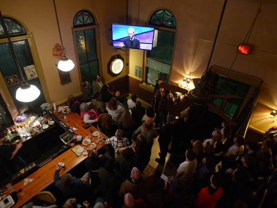 A large crowd watches Eric Hack at Kelly's Gingernut