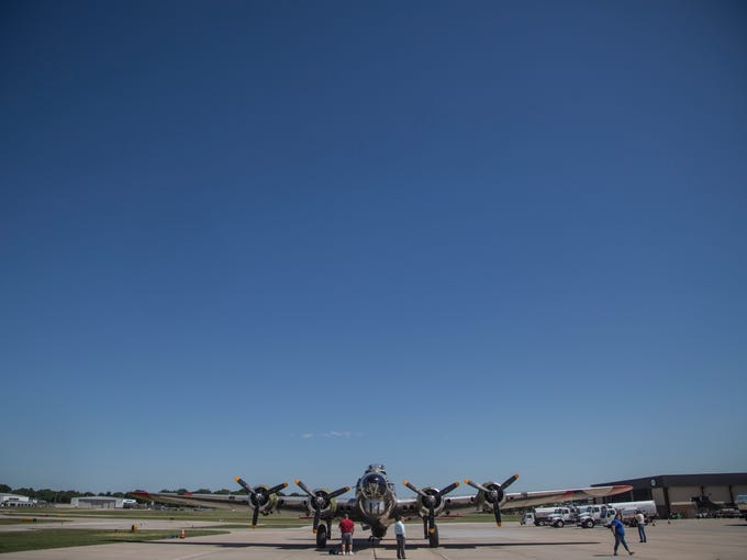 Photos B 17 Soars Over Des Moines